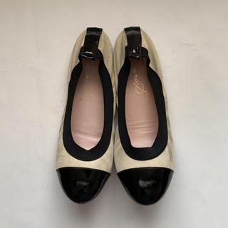 白と黒のコンビのバレエ型シューズ(バレエシューズ)