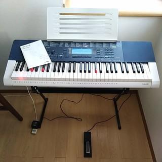 カシオ(CASIO)のCASIO 光るキーボードLK-215 ペダル、スタンド付 マイク無し(電子ピアノ)