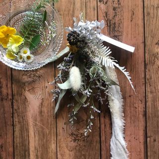 黄色いバラとアジサイと黒い実のスワッグ(ドライフラワー)