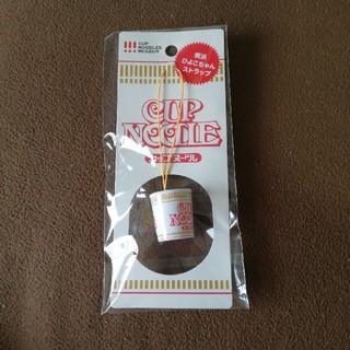 ニッシンショクヒン(日清食品)のカップヌードル ひよこちゃんストラップ まんぷく (インスタント食品)