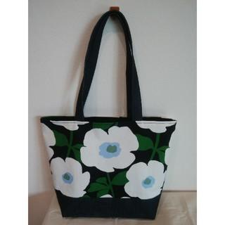 白花と緑の茎トートバッグ(ポケット3) ハンドメイド