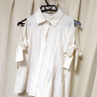 ミスティウーマン(mysty woman)の肩あき袖タックリボンシャツ(Tシャツ(半袖/袖なし))