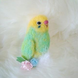 羊毛フェルト セキセイインコ ブローチ エメラルドグリーン×黄色頭(コサージュ/ブローチ)