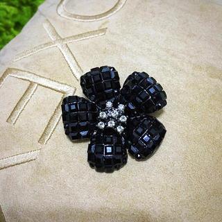 フォクシー(FOXEY)のフォクシー❤︎お花型ブローチ ブラック(ブローチ/コサージュ)