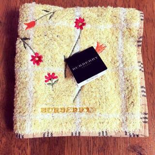 バーバリー(BURBERRY)のBURBERRY タオルハンカチ 黄色 花 刺繍(ハンカチ)