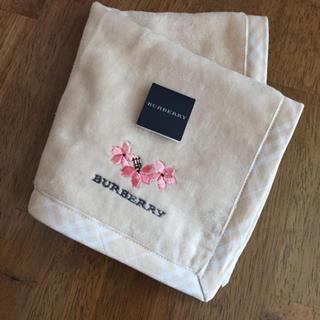 バーバリー(BURBERRY)のBURBERRY タオルハンカチ ベージュ 桜 刺繍(ハンカチ)