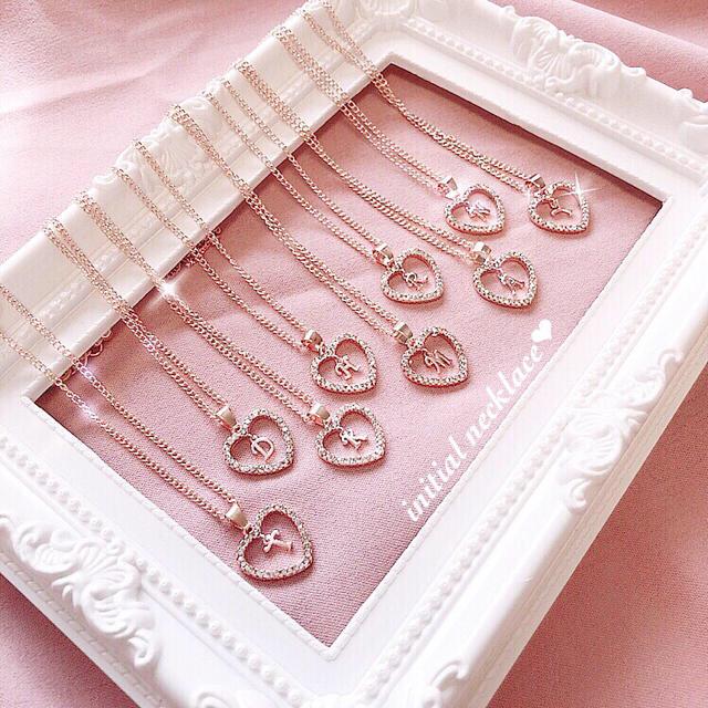 ♡選べるイニシャル♡ハートクリスタル イニシャルネックレス レディースのアクセサリー(ネックレス)の商品写真