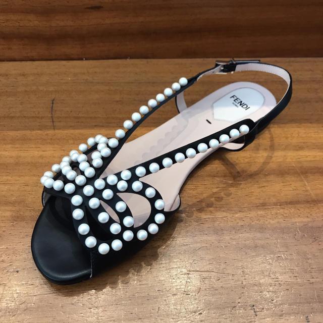 FENDI(フェンディ)の〈新品未使用〉フェンディのパールデザインフラットサンダル レディースの靴/シューズ(サンダル)の商品写真