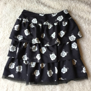エムズグレイシー(M'S GRACY)のM's GRACY バラ柄 スカート 黒(ひざ丈スカート)
