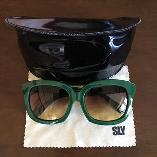 スライ(SLY)の新品未使用 SLY サングラス グリーン(サングラス/メガネ)