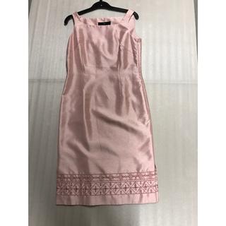 ヨンドシー(4℃)の◆綺麗◆4℃ピンク+刺繍美ラインミディアムワンピ◆膝丈(ひざ丈ワンピース)