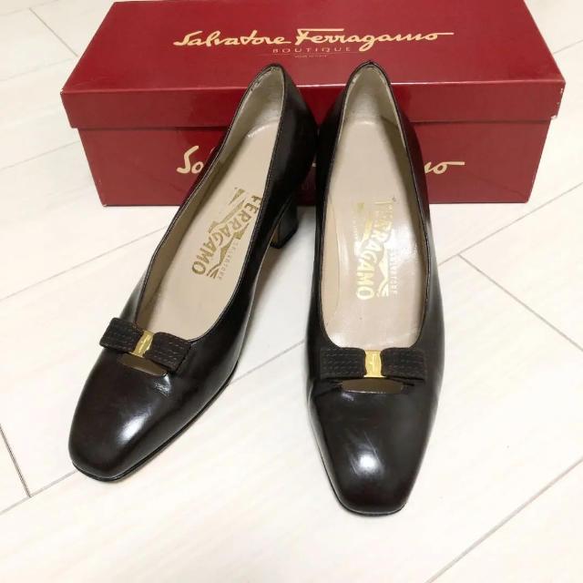 Salvatore Ferragamo(サルヴァトーレフェラガモ)のフェラガモ 23.5 本革 イタリア製 ブラウン パンプス リボン レディースの靴/シューズ(ハイヒール/パンプス)の商品写真