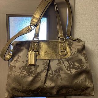 コーチ(COACH)の美品 COACH 約6万 2WAY総ロゴ×ゴールドレザーバッグ(ショルダーバッグ)
