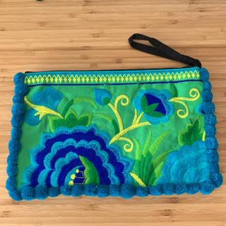 チチカカ(titicaca)のモン族 刺繍 ポーチ ポンポン付き クラッチバッグにも(クラッチバッグ)