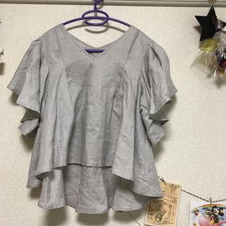 ケービーエフ(KBF)のKBF  グレーフリルブラウス麻100%(シャツ/ブラウス(半袖/袖なし))