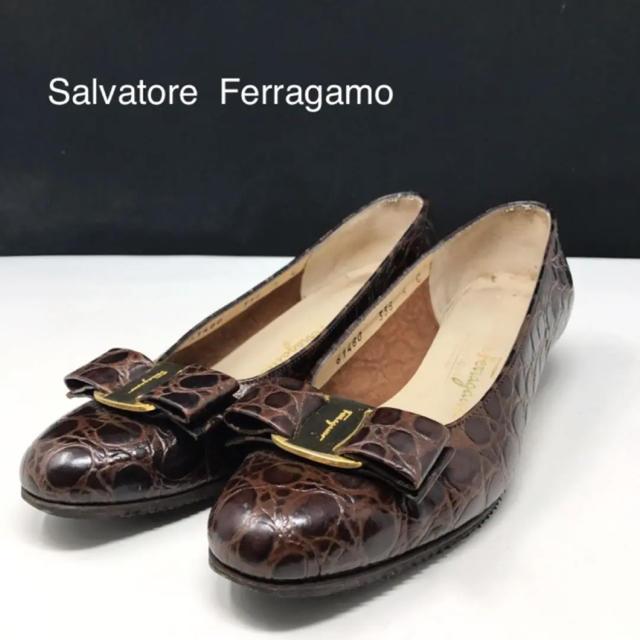 Salvatore Ferragamo(サルヴァトーレフェラガモ)の正規品 フェラガモ ヴァラリボン 型押し パンプス ダークブラウン レディースの靴/シューズ(ハイヒール/パンプス)の商品写真