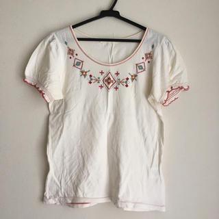 シンシア(cynthia)のシンシア 刺繍トップス(Tシャツ(半袖/袖なし))