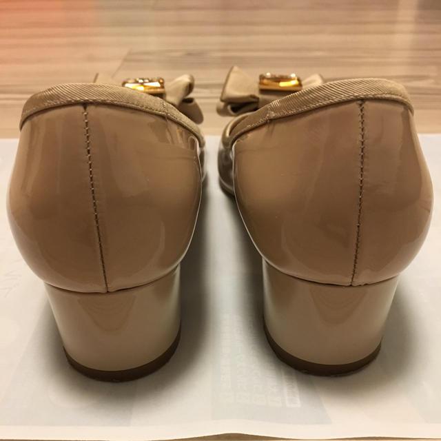 Salvatore Ferragamo(サルヴァトーレフェラガモ)の【美品】フェラガモ   ♡  ベージュ✖︎ビジュー  パンプス レディースの靴/シューズ(ハイヒール/パンプス)の商品写真