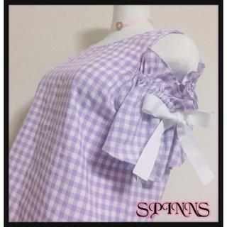 スピンズ(SPINNS)の[SPINNS]ギンガムチェック オフショルダーカットソー 紫色 白色 夢可愛い(その他)