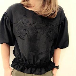 ジーユー(GU)のフラワーカットアウトブラウス(シャツ/ブラウス(半袖/袖なし))