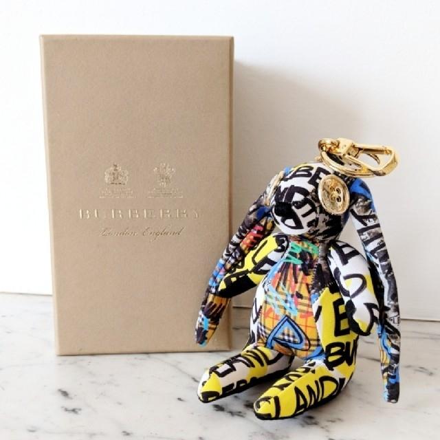 BURBERRY(バーバリー)の【新品】Burberry グラフィティ ラビット バッグチャーム ユニセックス レディースのファッション小物(キーホルダー)の商品写真