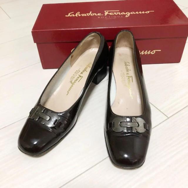 Salvatore Ferragamo(サルヴァトーレフェラガモ)のフェラガモ 24.0 本革 イタリア製 ダークブラウン パンプス ロゴ  レディースの靴/シューズ(ハイヒール/パンプス)の商品写真