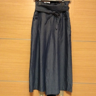 フェルゥ(Feroux)の新品未使用 Feroux フラワー刺繍 ウエストフリル リボン パンツ (カジュアルパンツ)