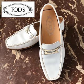 トッズ(TOD'S)の美品 TOD'S トッズ ドライビングシューズ ホワイト ローファーモカシン 白(スリッポン/モカシン)