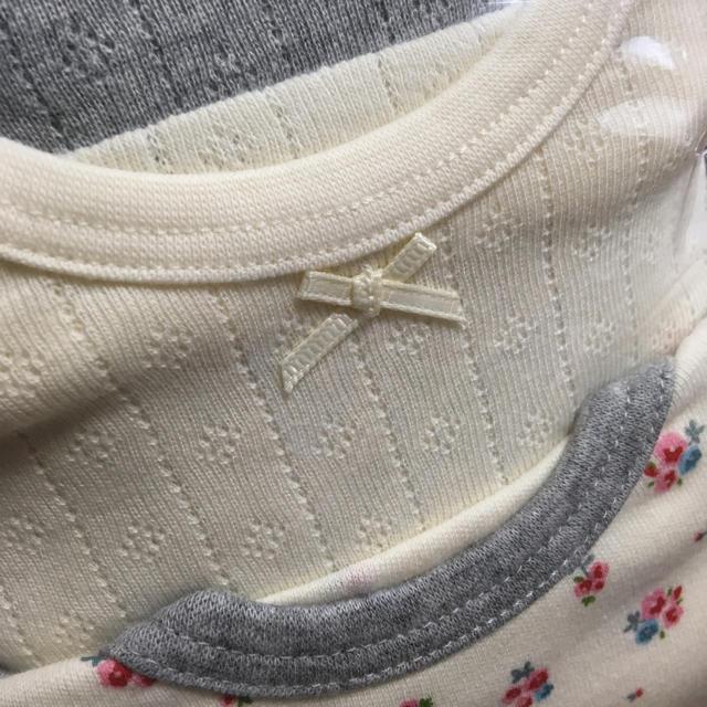 西松屋(ニシマツヤ)の新品 長袖 ショルダー ロンパース 肌着 グレー オフホワイト 花柄 キッズ/ベビー/マタニティのベビー服(~85cm)(肌着/下着)の商品写真