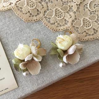 ホワイトバラとアンティークグリーン、ベージュ紫陽花のピアス(ピアス)