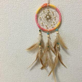 オレンジ×太陽チャーム ブラウンフェザー  ドリームキャッチャー ハンドメイド(インテリア雑貨)