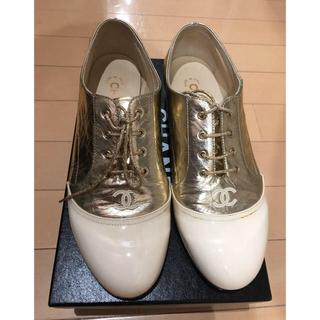 シャネル(CHANEL)のシャネル素敵なゴールドレースアップシューズ♪(ローファー/革靴)