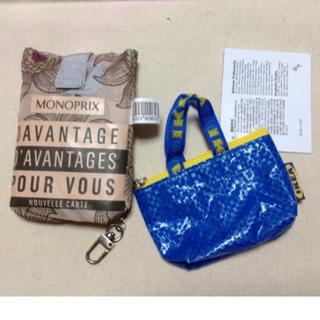 イケア(IKEA)の【新品】IKEAカラーのプチバックキーチェーンとモノプリのエコバッグのセット(ショップ袋)