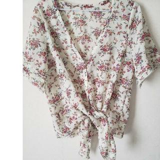 ジーユー(GU)のボタニカル 花柄 トップス(シャツ/ブラウス(半袖/袖なし))