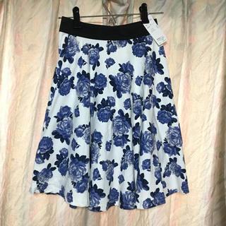 ベルーナ(Belluna)の☆タグ付き未使用品☆ 花柄スカート (ローズ柄、ホワイト、ブルー)(ひざ丈スカート)