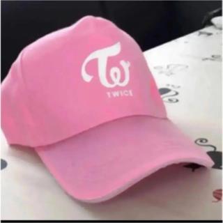 TWICE(トワイス)のロゴキャップ