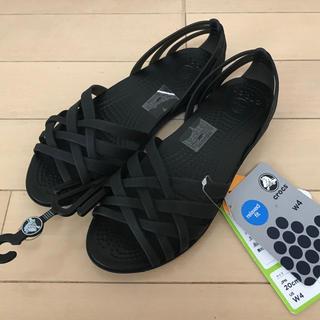クロックス(crocs)の未使用 タグ付き 定価5219円 クロックスサンダル  ブラック W4 21㎝〜(サンダル)