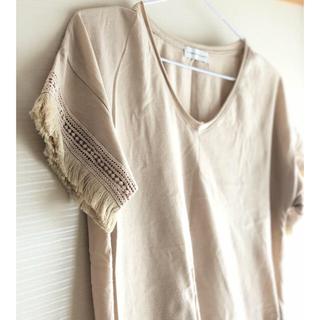 イーハイフンワールドギャラリー(E hyphen world gallery)のフリンジTシャツ(ベージュ、黒)(Tシャツ(半袖/袖なし))