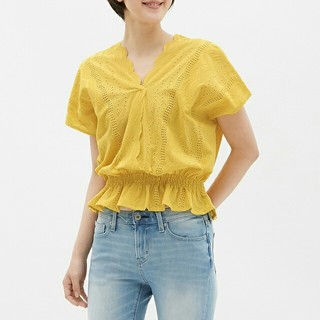 ジーユー(GU)の半袖スカラップレースブラウス 黄色(シャツ/ブラウス(半袖/袖なし))