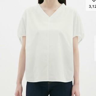 ジーユー(GU)の新品 GU 今期 Vネックボリュームスリーブブラウス 白S(シャツ/ブラウス(半袖/袖なし))