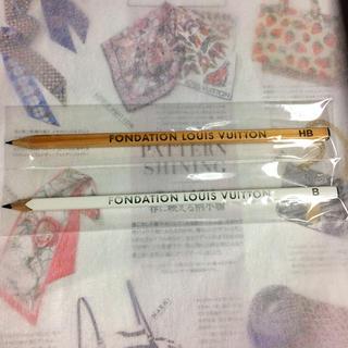 ルイヴィトン(LOUIS VUITTON)の美品♡パリに有るルイヴィトン財団美術館鉛筆。ホワイト ナチュラル 2本セット(ペン/マーカー)