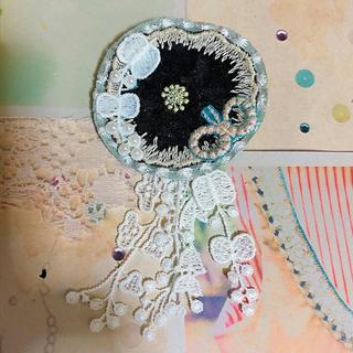 ミナペルホネン(mina perhonen)のミナペルホネン ハギレ 蝶 タンバリン 本革 ハンドメイド ブローチ(コサージュ/ブローチ)