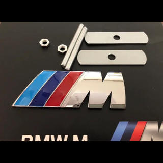 ビーエムダブリュー(BMW)のBMW Mロゴ 3Dメタル フロントグリル エンブレムクロームバッジ新品難あり(車種別パーツ)