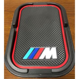 ビーエムダブリュー(BMW)のBMW ノンスリップマット Mロゴ赤 ダッシュボード&リア 滑り止め新品(車種別パーツ)