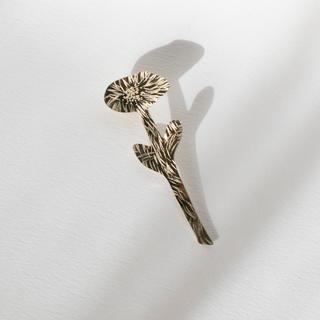 ミナペルホネン(mina perhonen)の真鍮ピンブローチ「一輪の花」single flower ハンドメイド オリジナル(コサージュ/ブローチ)
