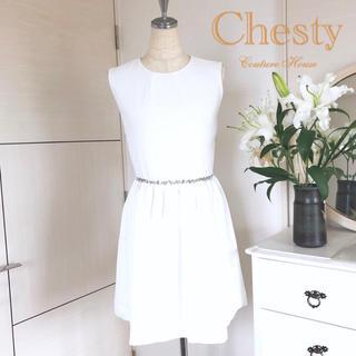 チェスティ(Chesty)の美品 チェスティ ウエストビジューワンピース 白(ミディアムドレス)