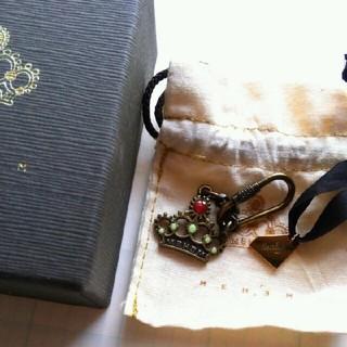 イーエム(e.m.)のメヘム ダイヤモンド型のチャームとクラウンのキーホルダー(キーホルダー)