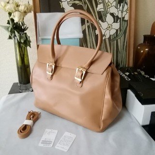 Noble - 未使用美品イタリアバッグブランド。Milos オールレザー ショルダー付きバッグ