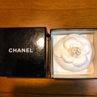 シャネル(CHANEL)のCHANEL カメリアブローチと箱(ブローチ/コサージュ)