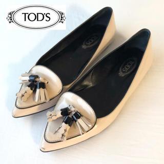 トッズ(TOD'S)のTOD'S トッズ ポインテッドトゥ タッセル付フラットシューズ ベージュ(ローファー/革靴)